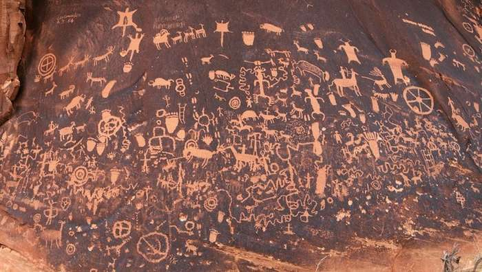 Примитивные рисунки на -Газетном камне- изображают жизнь людей 2000 лет назад-7 фото-