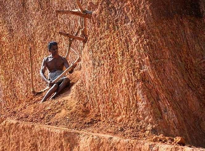 Царь горы: парализованный индиец прорубил гору, чтобы не быть обузой семье-6 фото-