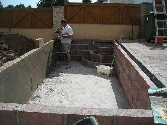 Однажды он напился и вырыл огромную яму во дворе — но вот как исправил ситуацию-8 фото-