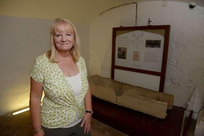 Посетители музея сломали 800-летний гроб, положив в него ребёнка для фото-5 фото-
