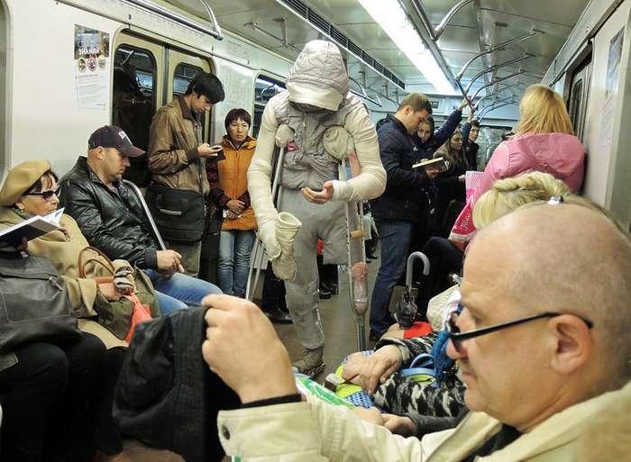 Человек-мумия в Московском метро-9 фото-