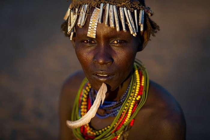 Как племена долины Омо украшают себя мусором