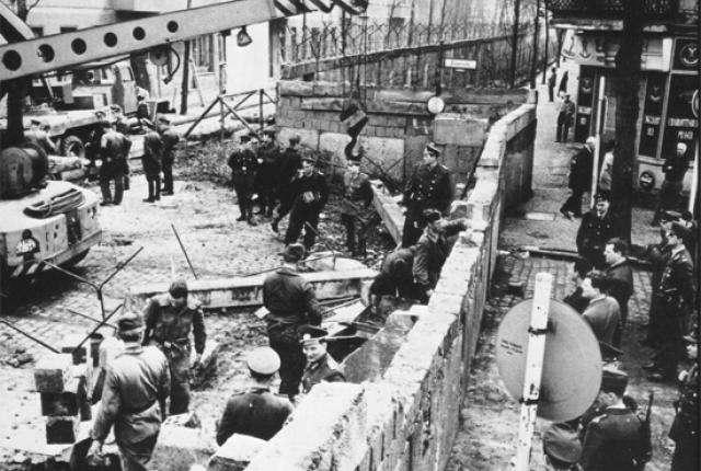 Самые удивительные способы, которые выдумали, чтобы перебраться через Берлинскую стену
