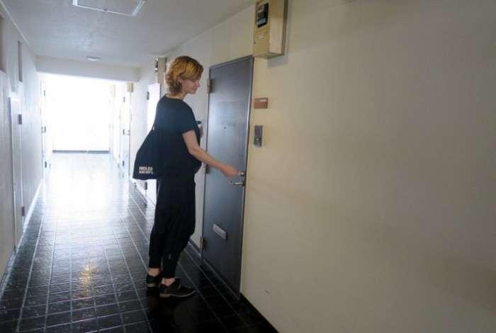 Девушка удивилась, увидев дверь ниже своего роста, но зайдя внутрь, и вовсе потеряла дар речи