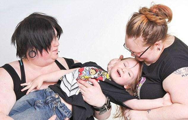 Пара бесполых существ из Мидлсборо воспитывает гендернонейтрального ребенка (5 фото)