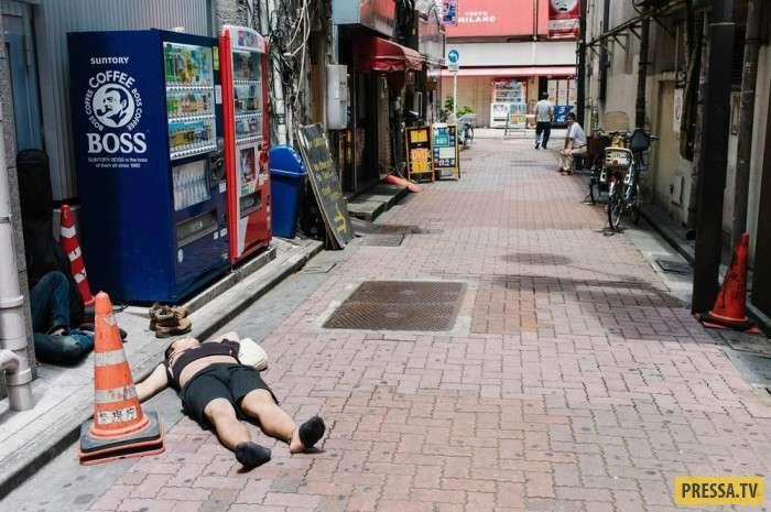 Японцы очень терпимы к пьяным (10 фото)