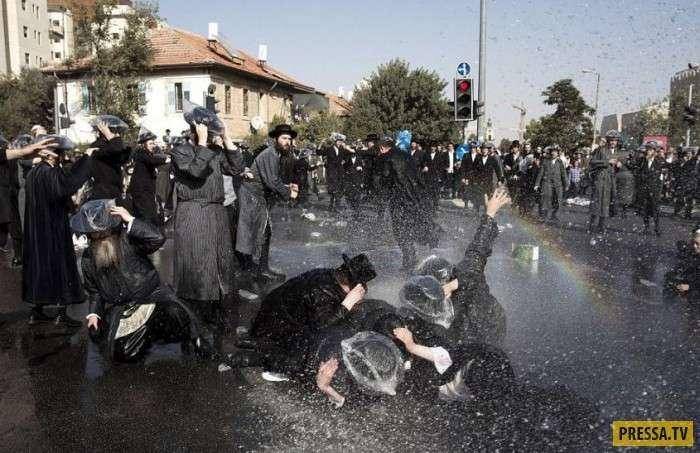 Разгон демонстрации ультраортодоксальных евреев водомётами (6 фото)