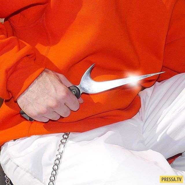 Логотипы брендов в руках мастера превратились в оружие (7 фото)