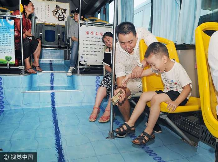 Китайский автобус превратился в бассейн-8 фото-