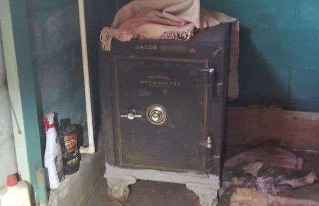 Находка внутри старого сейфа-10 фото-