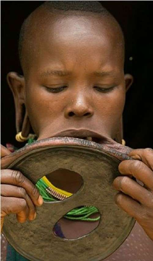 Эфиопка сумела вдеть в губу диск рекордной величины!-4 фото-