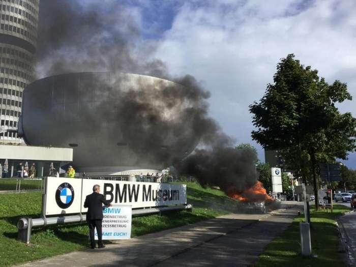 Мужчина сжег BMW напротив главного музея марки-3 фото + 1 видео-