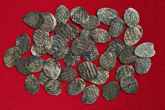 В Москве обнаружили клад из 41 монеты XVII века-6 фото-
