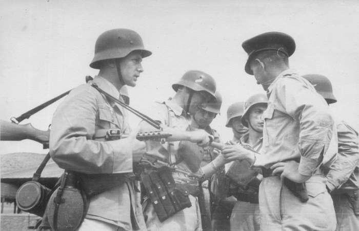 Британия, атакующая в 1945 греков силами... войск Pейха-4 фото-
