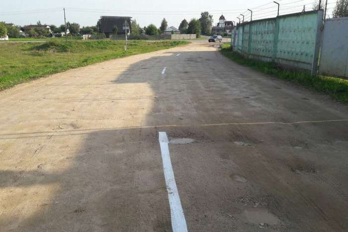 В белорусской деревне разметку нанесли на гравийную дорогу-3 фото-