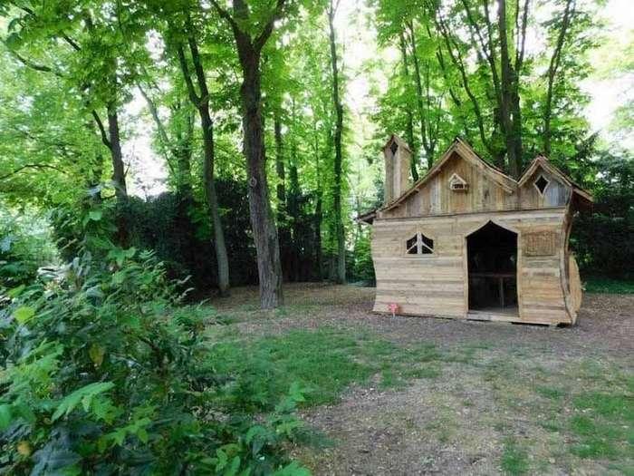 Сказочный домик из деревянных поддонов-8 фото-