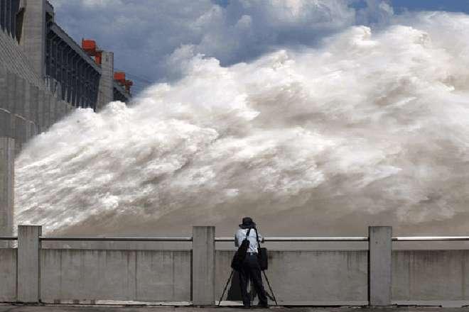 Аварийный выброс воды с огромной плотины. Так можно и поседеть раньше времени!