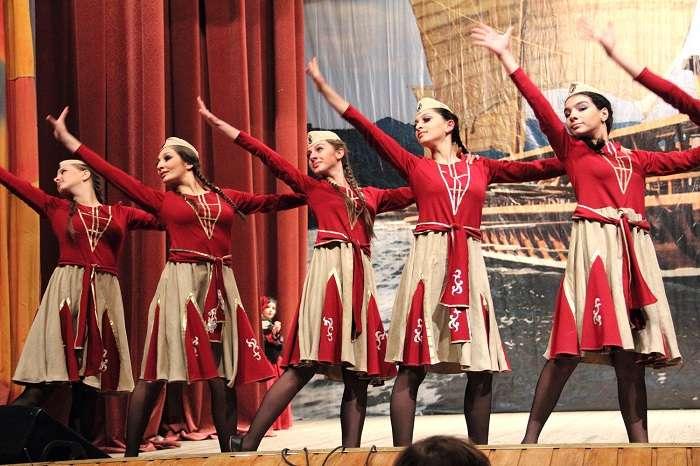 учить женские армянские танцы работы Дальний