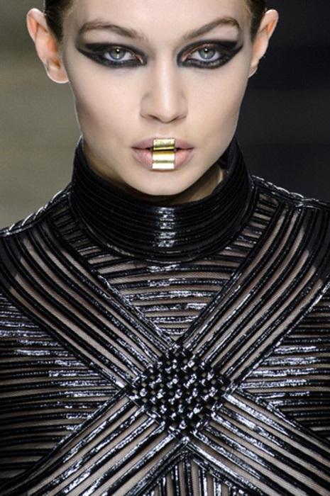 Гости из будущего: Металлические губы – новый тренд осени 2017