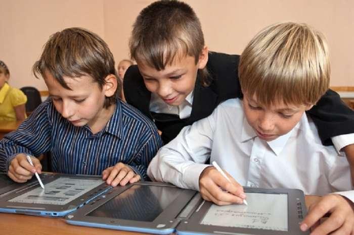 Снова в школу: 5 устройств, которые просят у родителей все школьники и на которые точно не нужно тратить деньги