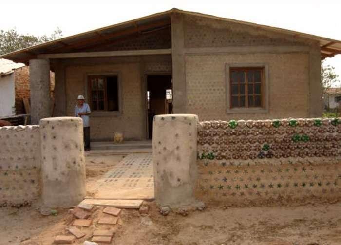 Эта женщина построила дом, использовав вместо кирпичей пластиковые бутылки