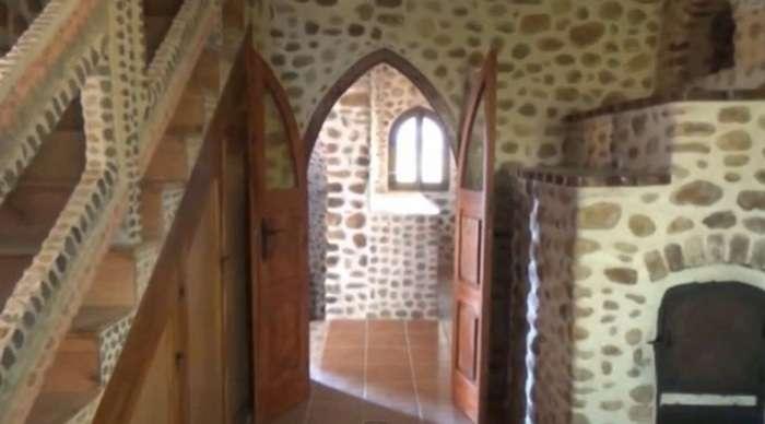 Мужчина в одиночку построил настоящий каменный замок, потратив на это 20 лет жизни