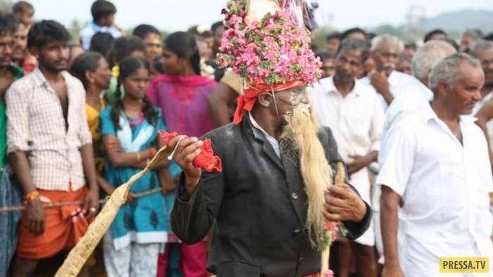 Процедура избавления от злых духов в Индии (8 фото)
