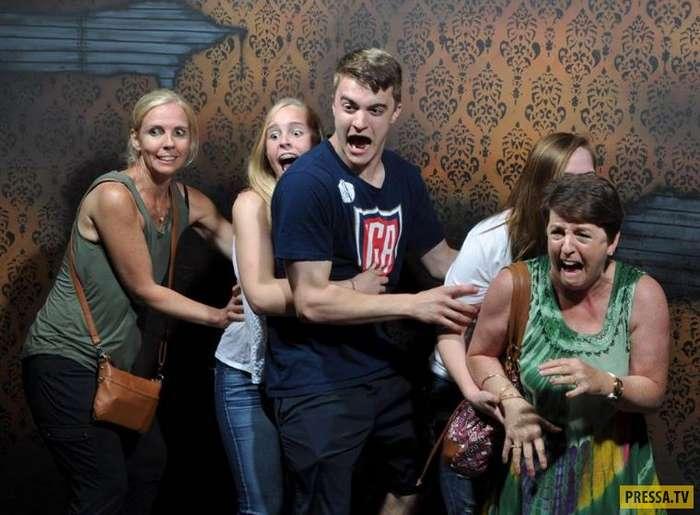 Убойные фотографии неподдельного испуга посетителей фабрики страха (30 фото)
