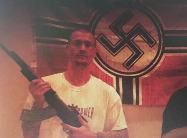 Неонацист подружился с чернокожей женщиной-полицейским и свел татуировки со свастикой-6 фото + 1 видео-