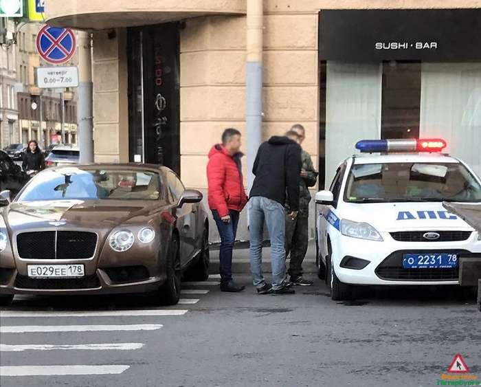 Женщина припарковала Bentley на переходе и не осталась без наказания-2 фото-