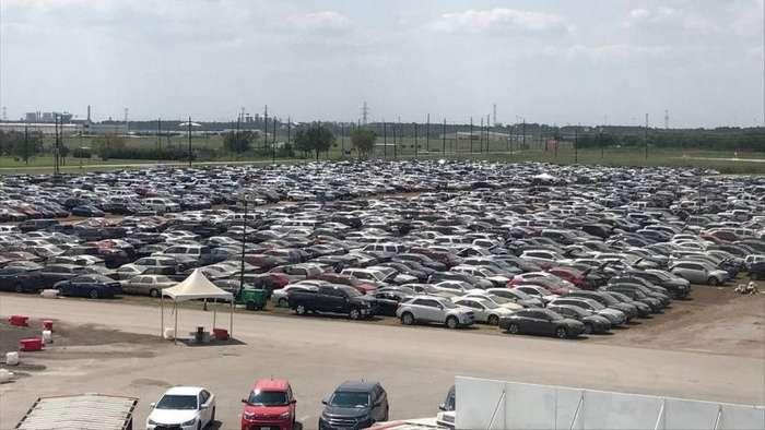 Стоянка с экзотическими автомобилями, пострадавшими после урагана Харви-7 фото + 1 видео-