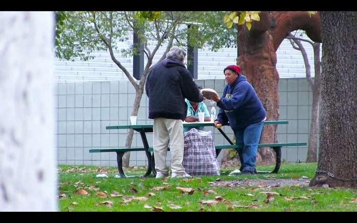 Что будет, если бездомному дать 100,000$-2 фото-