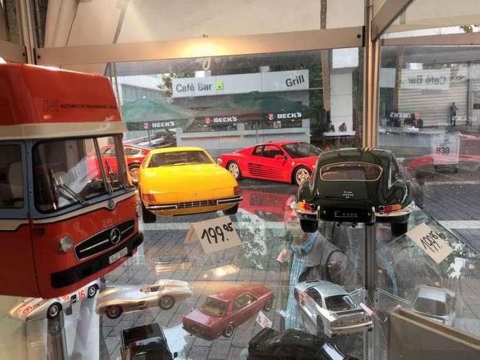Чем занять себя на автомобильной выставке-20 фото-