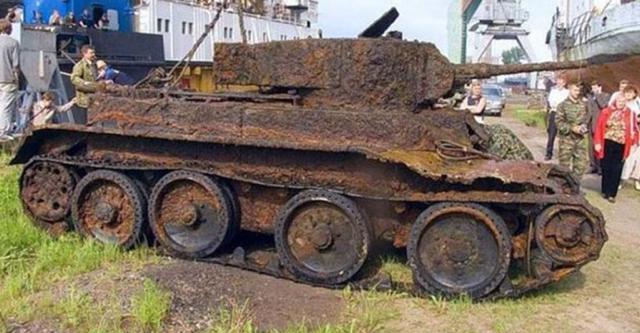 Археологи обнаружили в лесу старый танк. Когда открыли его — не поверили своим глазам!-1 фото-