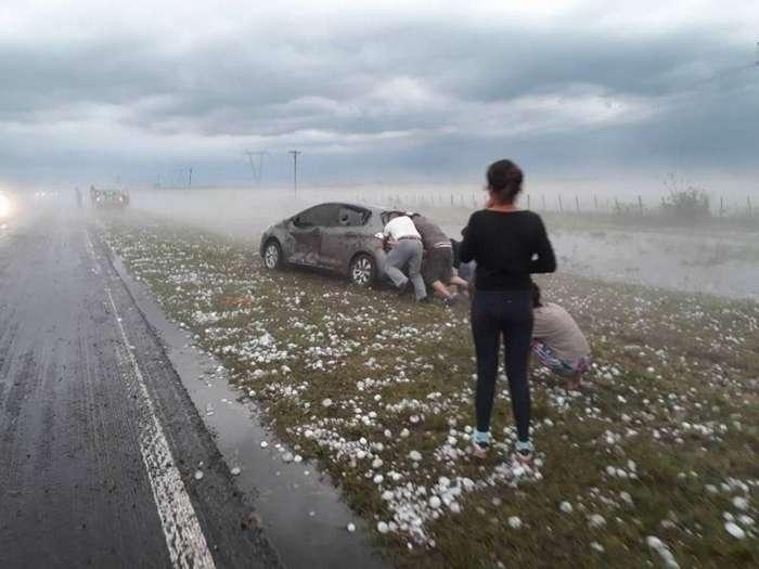 Сильный град побил автомобили в Аргентине-8 фото-