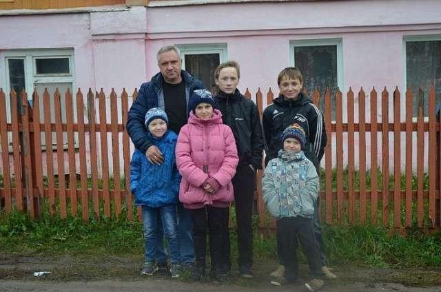 Семью, в которой отец-одиночка воспитывает пятерых детей, сняли с очереди на жилье-6 фото-