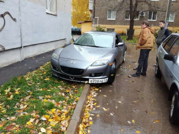 На припаркованный на газоне автомобиль падали кирпичи-4 фото-