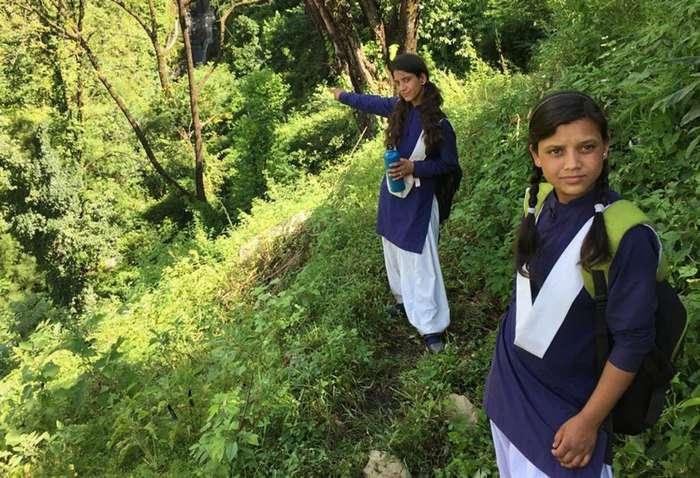 Шесть часов на дорогу в школу и обратно: одиссея двух сестер-16 фото + 1 видео-