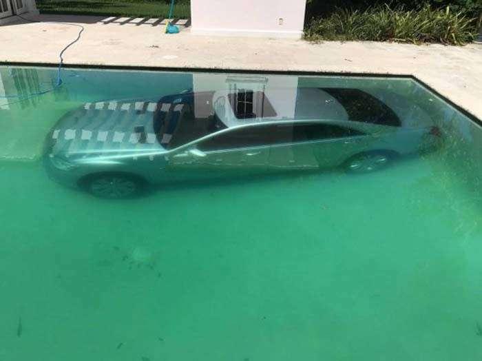 Женщина утопила в бассейне машину бывшего парня после того, как у них закончились отношения-4 фото-