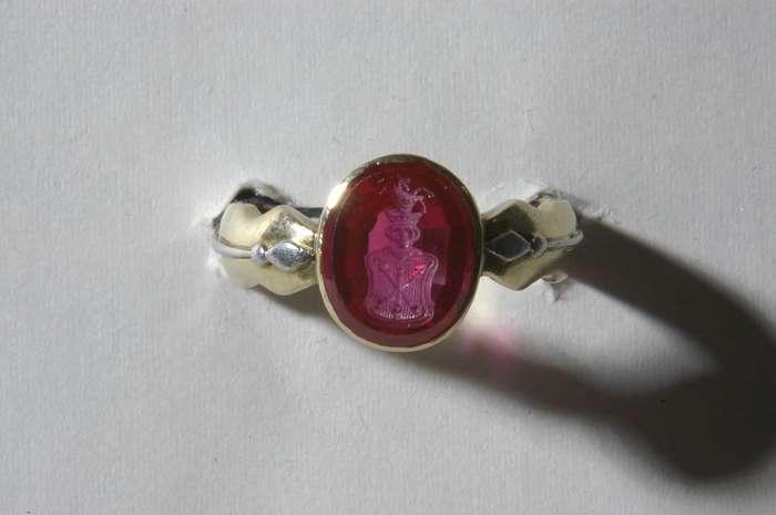Перстень с рубином работы Бенвенуто Челлини стоимостью в несколько сотен миллионов долларов-5 фото-