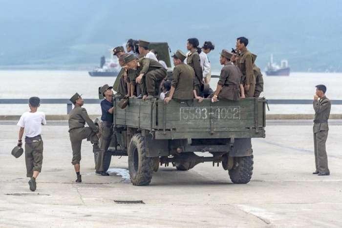 Настоящее лицо армии Ким Чен Ына: старые грузовики на дровах, спящие солдаты, военнослужащая на каблуках-14 фото-