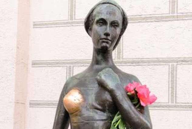 -Трогательные места- у статуй, или с чем на самом деле фотографируются туристы?
