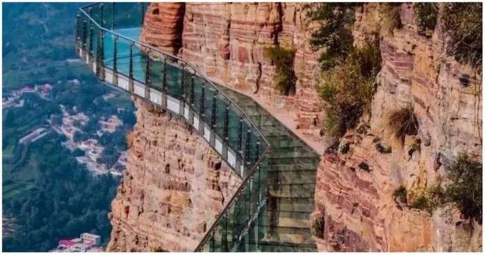 Не для слабонервных: стеклянный мост в Китае пошел трещинами под ногами туристов