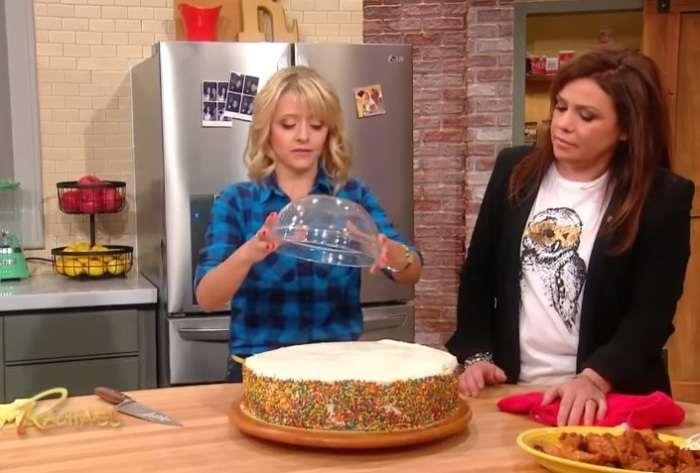 Просто до безобразия: Как нарезать большой торт, не испачкавшись, используя миску