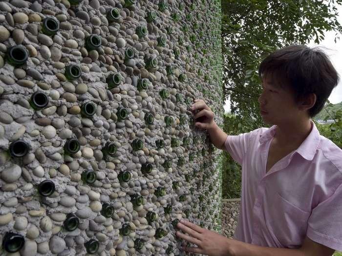 Этот парень построил себе офис, использовав более 8 тысяч пивных бутылок