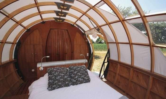 -За город с комфортом-: Мобильная капсула с кроватью для романтических выходных