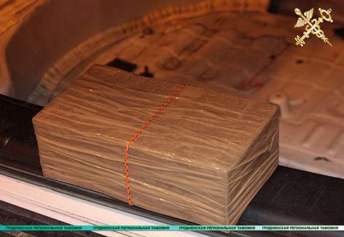 Белорусские таможенники задержали партию в 300 кг гашиша (10 фото)