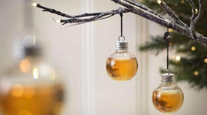 Необычные новогодние украшения, заполненные алкоголем (4 фото)