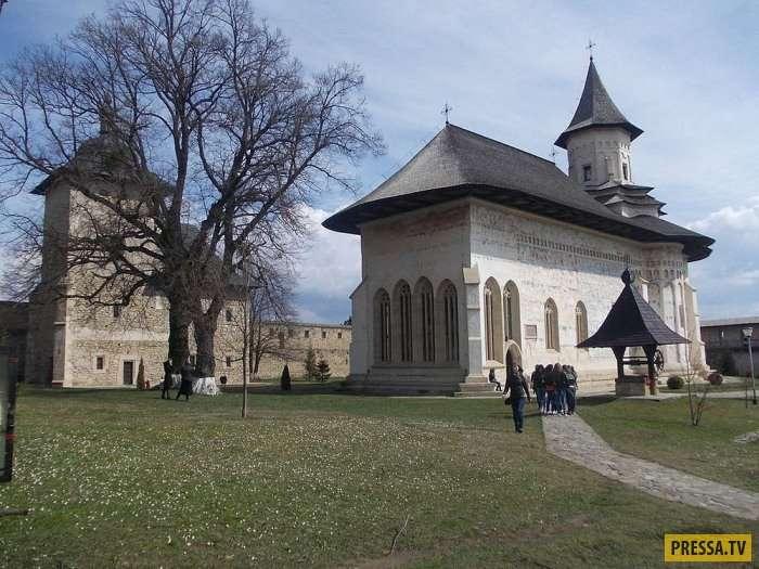Фрески внутри и снаружи: необычные монастыри Румынии (14 фото)