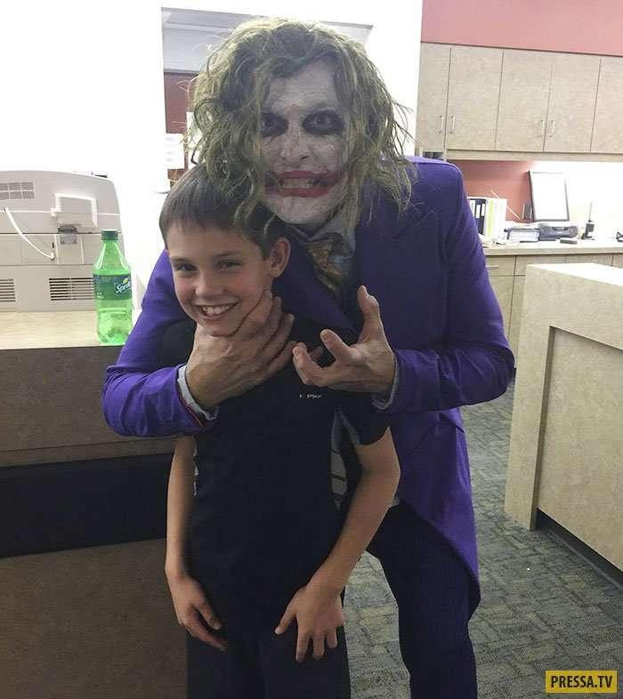 Когда акушер-гинеколог попался с юмором – роды с Джокером (7 фото)